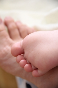 toddler-and-mom-feet-1442012-m